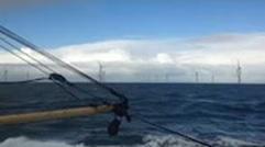 Vissers vissen op een rustige zee